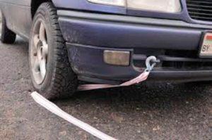 При буксировке на гибкой сцепке между буксирующим и буксируемым транспортными средствами должно быть обеспечено расстояние