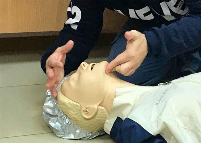 Как обеспечить восстановление проходимости дыхательных путей пострадавшего при подготовке его к проведению сердечно-легочной реанимации